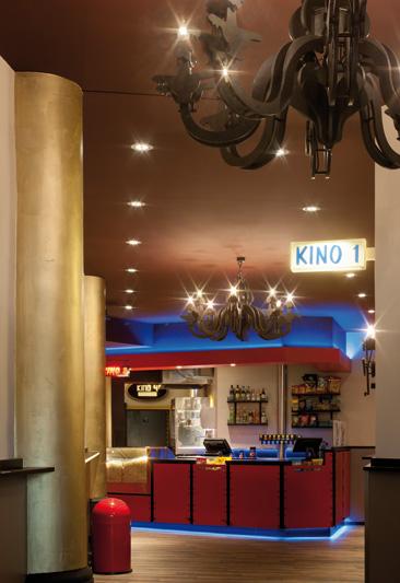 15_04_22_Foyer_Museum_Lichtspiele_München_Lichtkonzept_auch_mit_RGB_und_eigens_entworfene_Kronleuchter